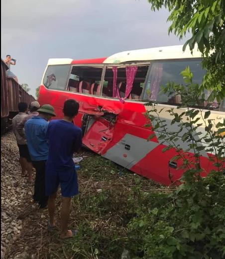 Chiếc xe ô tô đưa đón học sinh bị tàu hỏa húc văng.