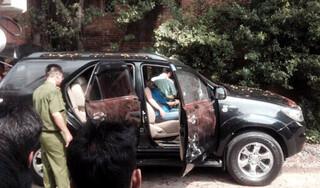 Đôi nam nữ tử vong trên ô tô đang nổ máy