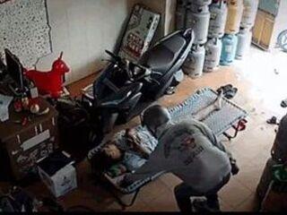 Lợi dụng người đàn ông ngủ say, thanh niên vào tận cửa hàng 'cuỗm' điện thoại