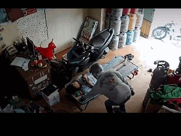 Nam thanh niên bịt kín mặt, lấy trộm chiếc điện thoại
