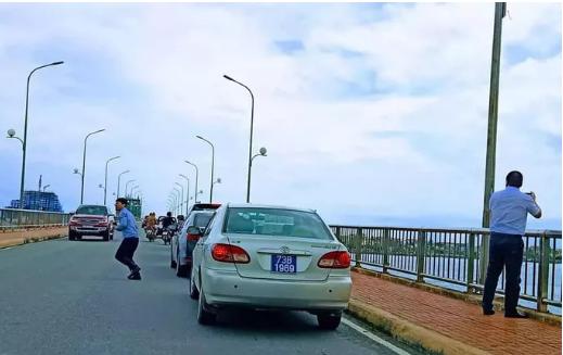 Tài xế xe biển xanh dừng trên cầu Nhật Lệ chụp ảnh tự bỏ tiền túi nộp phạt