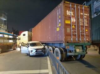 Xe container mất lái cày nát dải phân cách rồi húc 2 ô tô ngược chiều