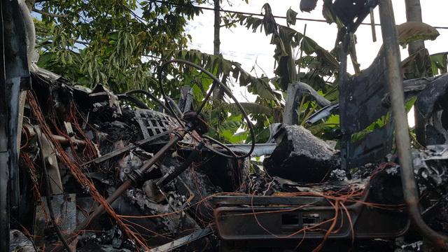 Đầu xe container cháy rụi khi đang lưu thông