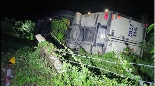 Tài xế bị xe tải của mình tụt dốc đè tử vong khi dừng đi vệ sinh