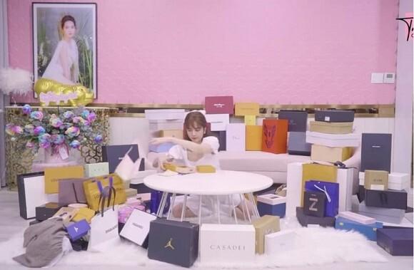 Bị chỉ trích vì hành động quăng quà sinh nhật, Ngọc Trinh đáp trả ẩn ý