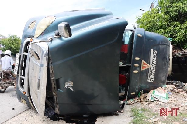 Container tông liên hoàn rồi lật nghiêng, 2 người đi xe máy thương vong