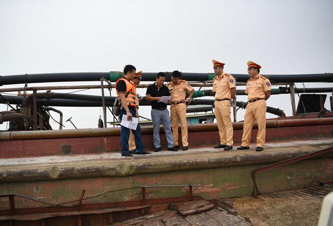Bắt quả tang 15 phương tiện khai thác cát trái phép trên sông Hồng
