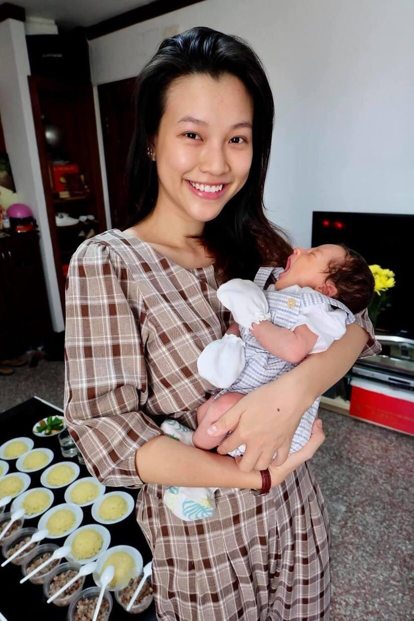 Hoàng Oanh khoe ảnh đầy tháng của con trai