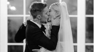 Vợ chồng Justin Bieber tung ảnh 'tình bể bình' kỷ niệm 1 năm ngày cưới