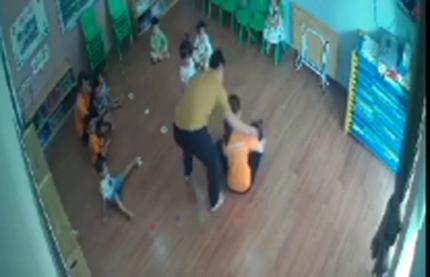 Người đàn ông xông vào lớp tát bé 2 tuổi vì tranh giành đồ chơi với con mình gây phẫn nộ