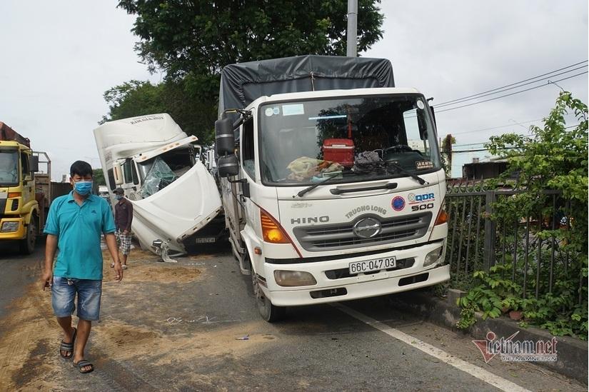 Tài xế container kẹt cứng trong cabin vỡ nát sau cú đâm đuôi xe tải