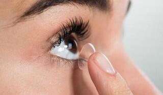 Cô gái trẻ bị mù mắt do dùng tay ướt chạm vào kính áp tròng