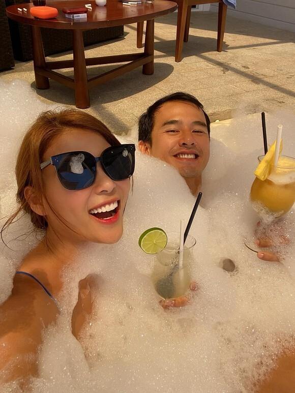 Mừng sinh nhật ông xã Lương Thế Thành, Thúy Diễm tung ảnh 2 vợ chồng vui đùa trong bồn tắm