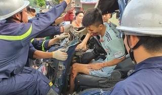 Hà Nội: Giải cứu tài xế xe tải kẹt cứng trong cabin bẹp dúm