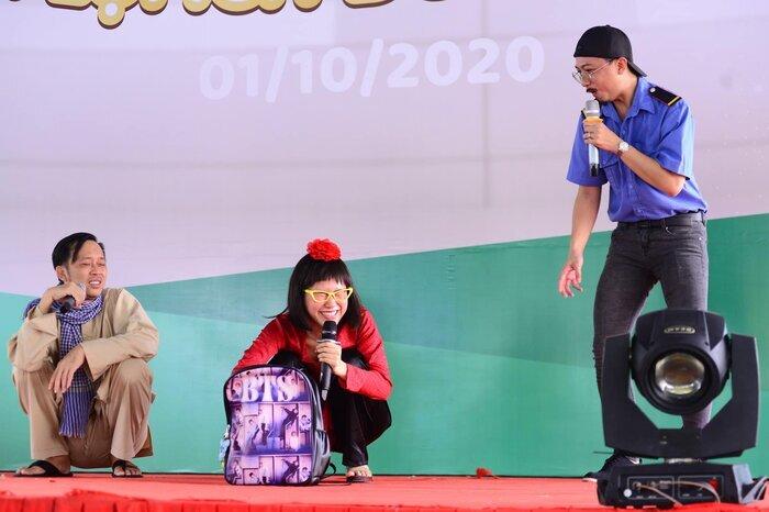 Hoài Linh khoe ảnh trở lại sân khấu, được khán giả vây kín