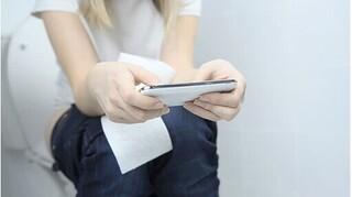 Nguy cơ mắc bệnh trĩ do thói quen dùng điện thoại khi đi vệ sinh