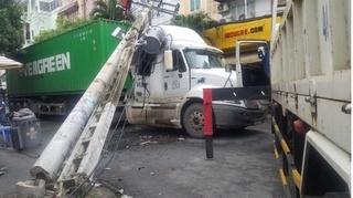 Tin tức tai nạn giao thông ngày 2/10: Xe đầu kéo kéo gãy hai trụ điện gây cháy tại TP HCM