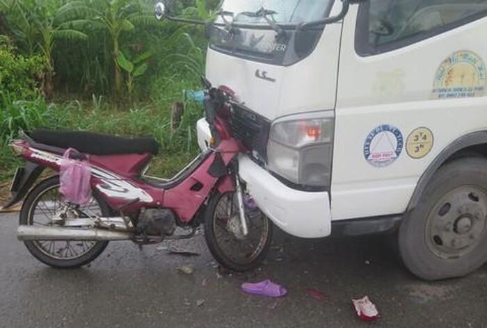 Xe máy đấu đầu xe tải, đôi vợ chồng tử vong