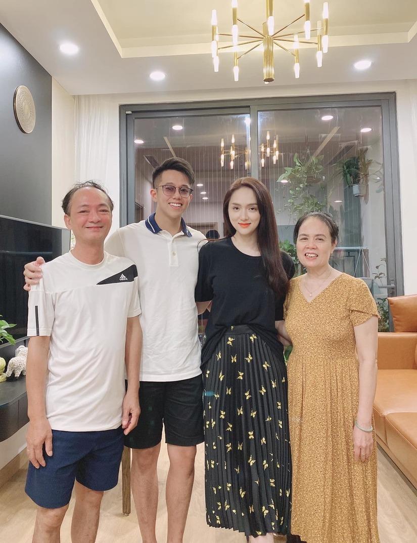 Hương Giang dẫn bạn trai về ra mắt bố mẹ