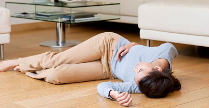 Người phụ nữ bất ngờ lên cơn đột quỵ, mất ý thức khi đang phơi quần áo