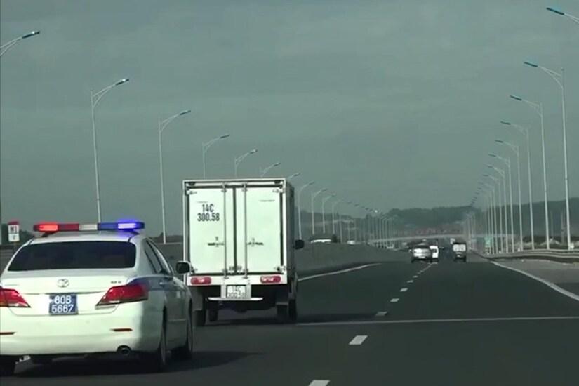 Xử lý 2 tài xế không nhường đường cho xe ưu tiên