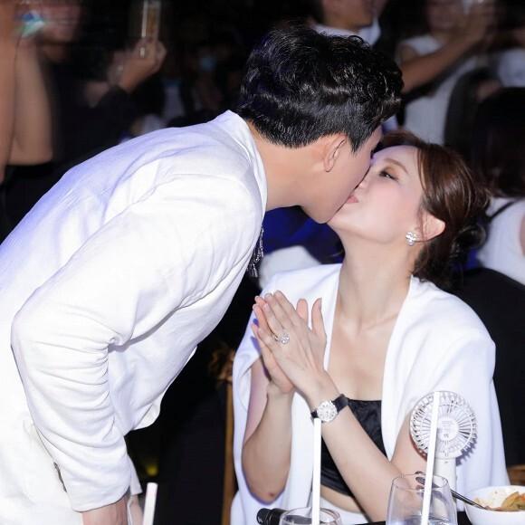 Nụ hôn của Hari Won và MC Trấn Thành chiếm trọn spotlight khi tụ tập cùng hội bạn trên du thuyền