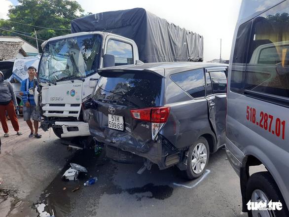 Tài xế xe tải tông liên hoàn 6 ô tô trên quốc lộ 1, lao vào quán nước và nhà dân