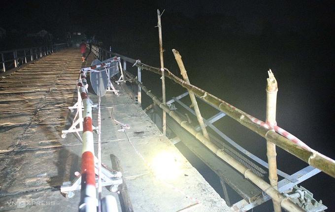 Vết lốp trượt dài ở hiện trường vụ ô tô lao xuống sông khiến 5 người chết