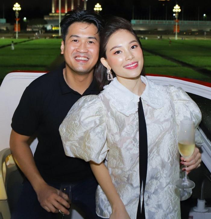 Linh Rin - Philip Nguyễn quấn quýt như vợ chồng son khi vi vu cùng hội bạn