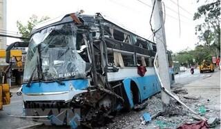 Tin tức tai nạn giao thông ngày 6/10: Xe khách giường nằm đâm gãy cột điện