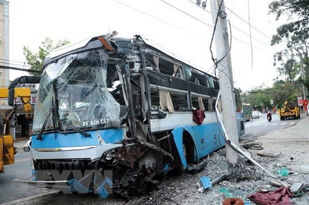 Chiếc xe khách bị hư hỏng nặng sau va chạm