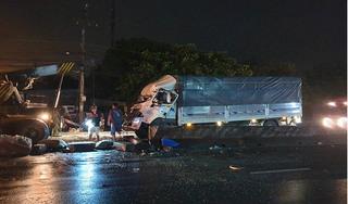 Xe giường nằm lật trên quốc lộ lật bị xe tải tông trúng, 20 người thương vong
