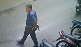 Xác minh người đàn ông cầm súng đi trên đường phố Sài Gòn