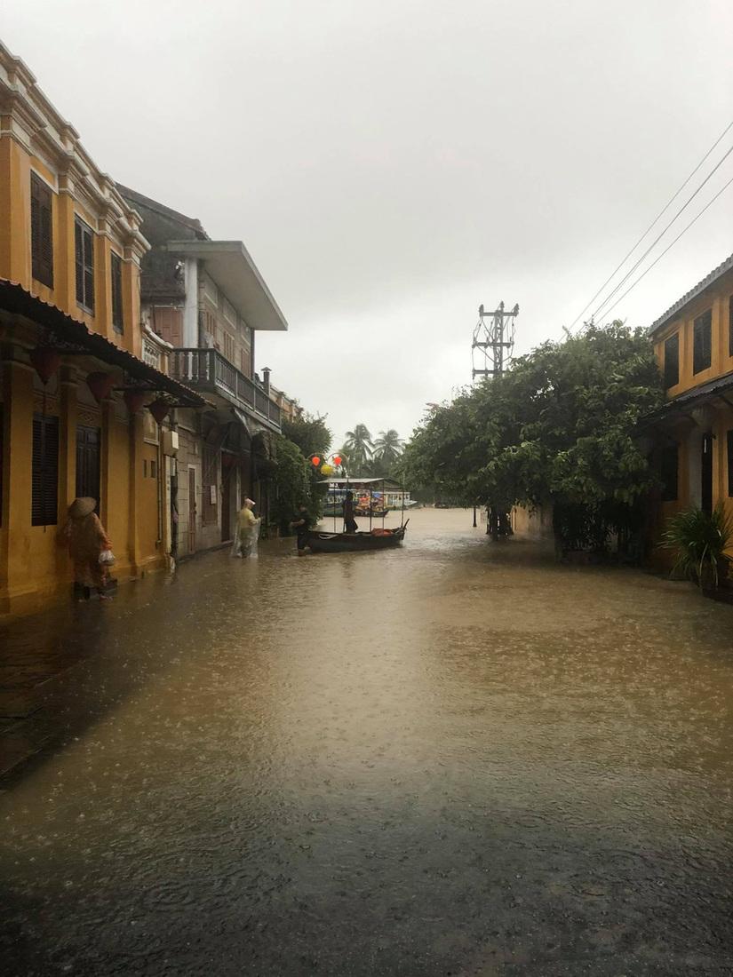 Miền Trung mưa dồn dập, nước ngập ngang người, cây đổ la liệt