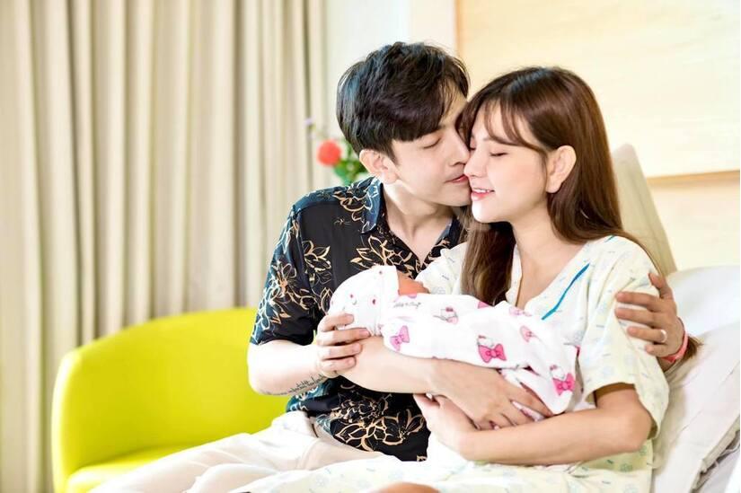 Thu Thủy khoe chồng kém 10 tuổi thức đêm chăm con gái vừa chào đời