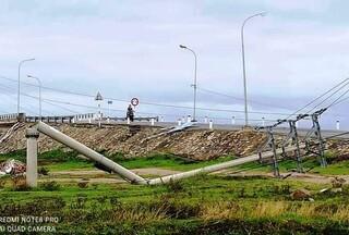 Cột điện đổ do mưa lũ khiến người phụ nữ bị điện giật tử vong