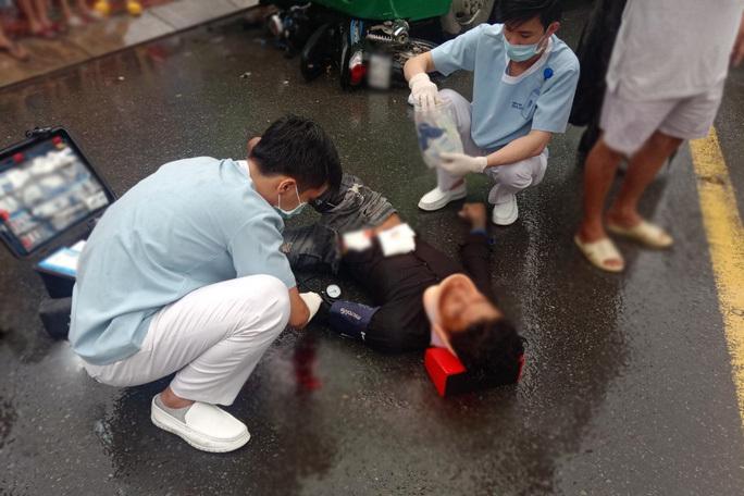 Kích hoạt báo động đỏ cứu nam thanh niên bị đa chấn thương nặng sau va chạm với xe buýt