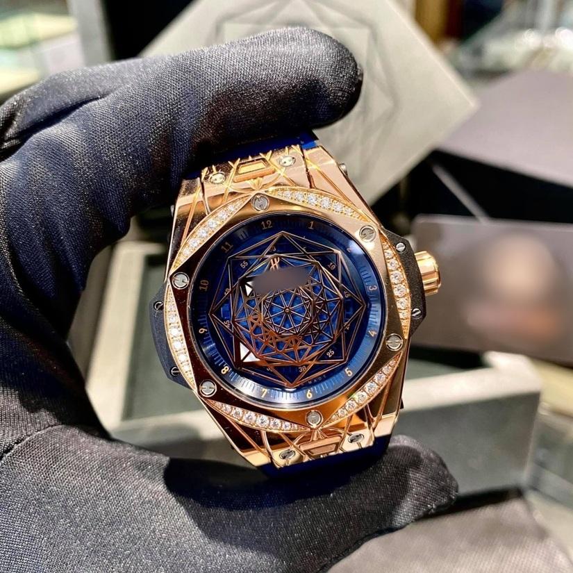 Hòa Minzy tậu đồng hồ giá tiền tỷ tặng bạn trai