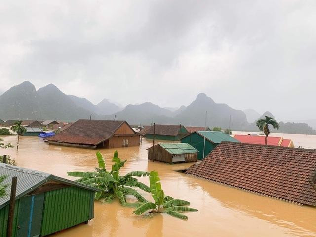 Lũ dâng cao, hàng nghìn nhà dân ngập trong biển nước