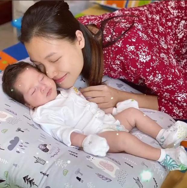 MC Hoàng Oanh khoe ảnh bên con trai, vẻ đẹp lai của nhóc tỳ khiến dân tình xuýt xoa