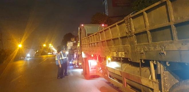 2 xe đầu kéo Hà Nam chở quá tải, tài xế chây ì nhiều giờ bị phạt 'khủng'