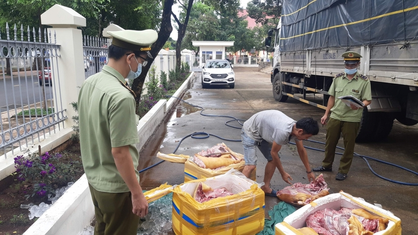 Bắt quả tang 300kg thịt lợn bốc mùi đang được vận chuyển vào Đắk Lắk