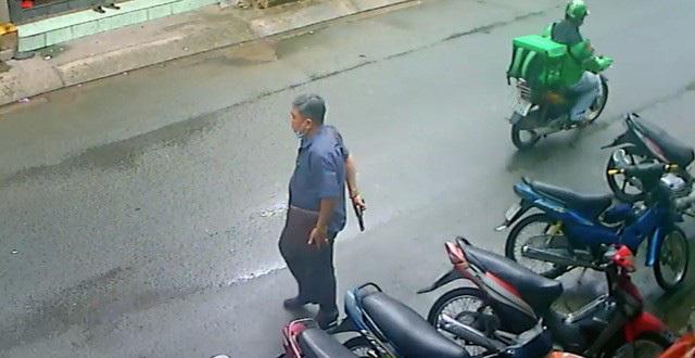 Sự thật bất ngờ vụ người đàn ông rút súng dọa hàng xóm ở TP.HCM