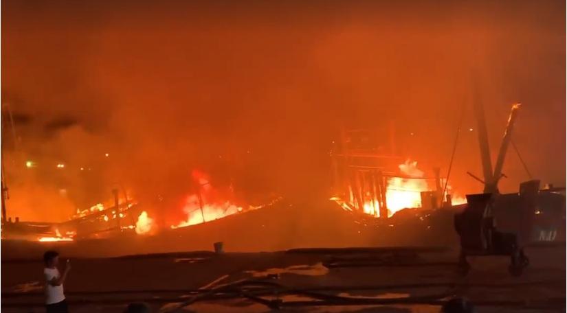 Hàng chục tỉ đồng thiệt hại sau vụ cháy liên hoàn tàu cá trong đêm