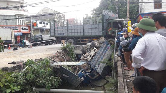 Xe tải lao xuống kênh, tài xế tử vong