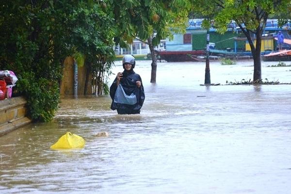 Lũ sông Bồ tại Huế đang lên nhanh, vượt mức lịch sử năm 1999