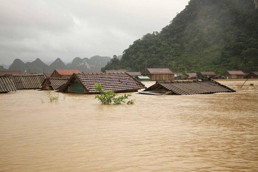 Miền Trung liên tiếp hứng những trận mưa lớn khiến lũ dâng khắp nơi