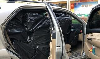 Bắt ô tô 7 chỗ đep biển số giả vận chuyển 11.000 bao thuốc lá lậu
