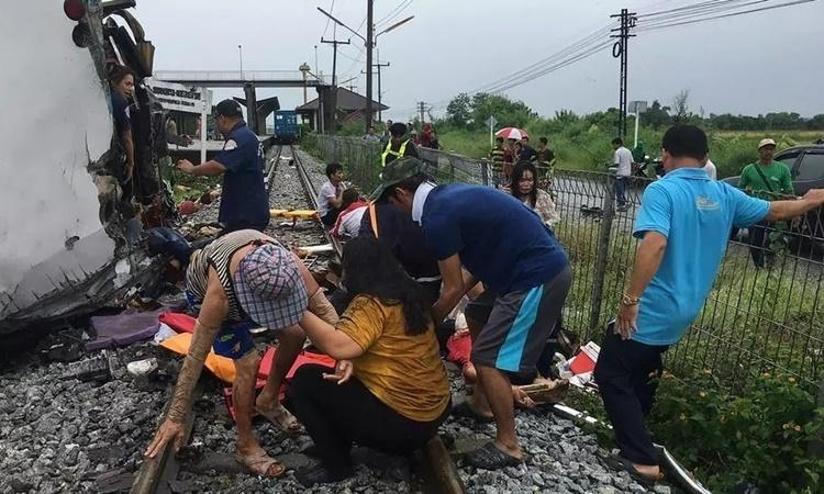 Tàu hỏa tông xe buýt ở Thái Lan khiến 46 người thương vong
