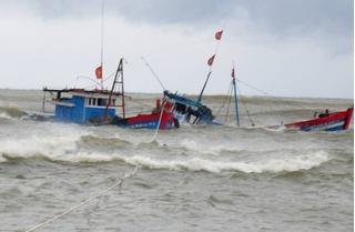 Lốc xoáy đánh chìm tàu đang neo đậu, hai cha con ở Quảng Nam mất tích